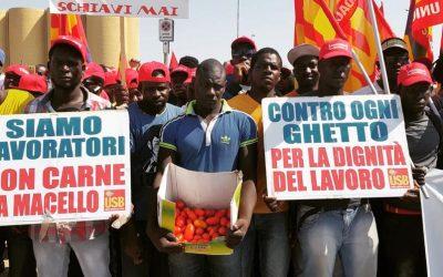 La marcia dei berretti rossi contro lo sfruttamento nei campi