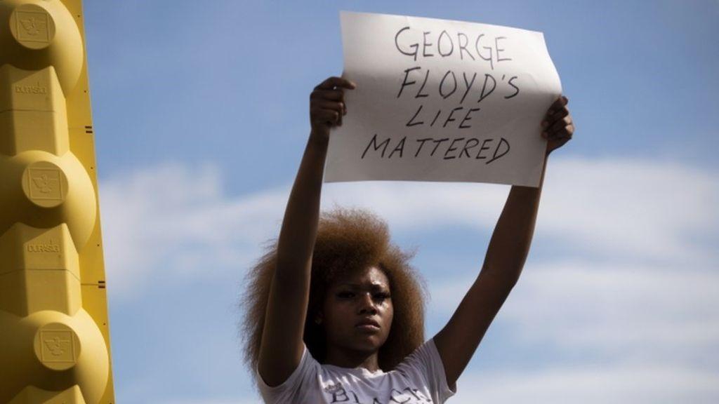 L'America bianca ama i suoi poliziotti assassini