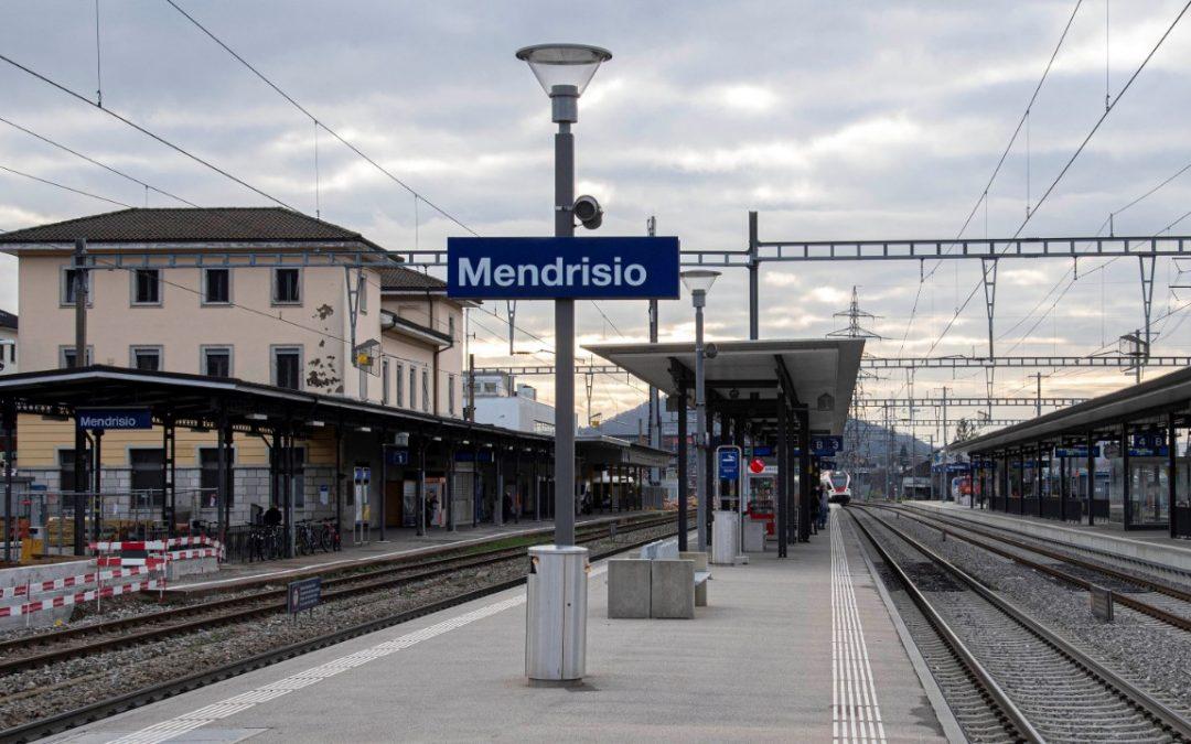 Il Parlamento torna a riunirsi a Mendrisio. La casta si protegge, mentre i comuni mortali si ammassano sui mezzi pubblici